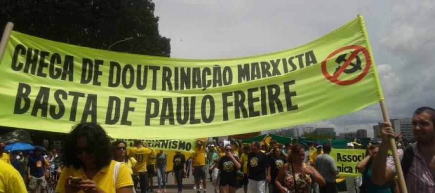 paulo-freire-faixa-protesto-890x395